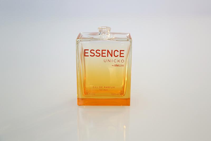 Pintura efecto degradado de la base hacia la parte superior, para la marca Essence. Además de la pintura, se aplicó serigrafía para escribir la marca sobre el vidrio.